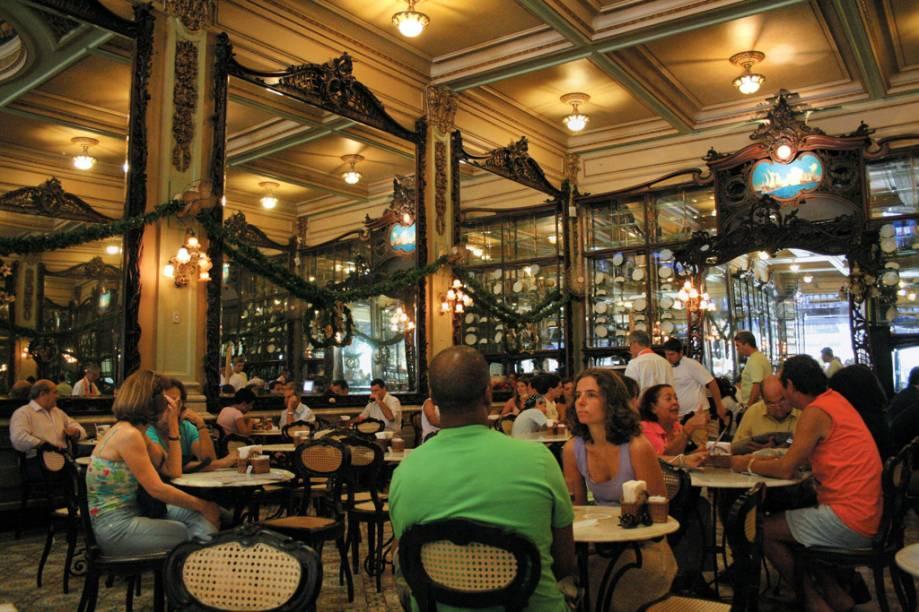 """<strong><a href=""""http://viajeaqui.abril.com.br/estabelecimentos/br-rj-rio-de-janeiro-restaurante-confeitaria-colombo"""" rel=""""Confeitaria Colombo (Rio de Janeiro)"""">Confeitaria Colombo (Rio de Janeiro)</a></strong>            Nas duas unidades, o destaque é o ambiente. No salão de 1894, o <strong>Café Pelé</strong> é vendido espresso ou extraído em coador de pano. Também pode ser provado como milk-shake, batido com sorvete de baunilha e servido no copo com calda de chocolate. Na filial do <strong>Forte de Copacabana</strong>, o cafezinho é acompanhado da estonteante vista para o mar. <em>R. Gonçalves Dias, 32 (Centro), 21/2505-1500, <a href=""""http://www.confeitariacolombo.com.br"""" rel=""""www.confeitariacolombo.com.br"""">www.confeitariacolombo.com.br</a></em>"""