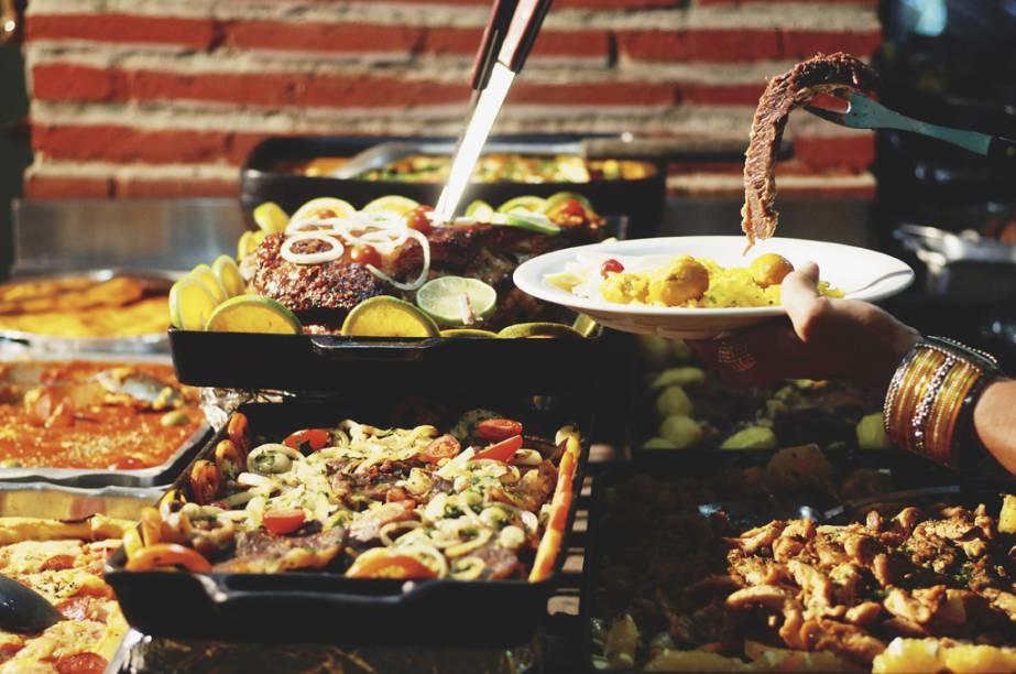 """Comida goiana e mineira do restaurante <a href=""""http://chaonativo1.com.br"""" target=""""_blank"""" rel=""""noopener"""">Chão Nativo I</a>, em Goiânia, Goiás. Entre os pratos típicos do estado, o <strong>arroz com suã</strong> e o <strong>leitão pururuca</strong> são pedidas acertadas."""