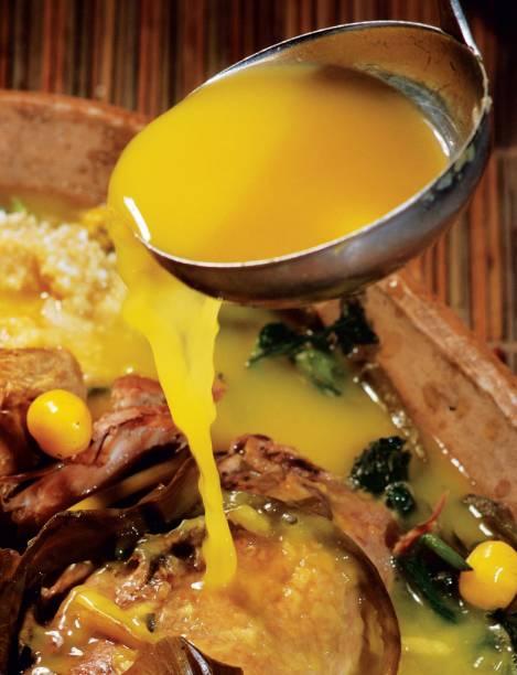 """<strong>Tucupi</strong> Principal ingrediente da cozinha do <a href=""""http://viajeaqui.abril.com.br/estados/br-para"""" target=""""_blank"""" rel=""""noopener"""">Pará</a>, o tucupi é extraído do suco da raiz da mandioca-brava, que precisa ser fervido demoradamente para perder o venenoso ácido cianídrico. No último estágio adicionam-se chicória, alfavaca e sal. É no equilíbrio entre esses temperos e o tempo de fervura que se obtém o líquido fundamental na receita do pato no tucupi. No tacacá, um caldo inspirado na culinária indígena, o tucupi dá um toque na combinação entre goma de mandioca, camarão seco, pimenta-de-cheiro e jambu <strong>Quem prepara:</strong> <a href=""""http://www.laemcasa.com/"""" target=""""_blank"""" rel=""""noopener"""">Lá em Casa</a>, <a href=""""https://www.facebook.com/RemansoDoBosque/"""" target=""""_blank"""" rel=""""noopener"""">Remanso do Bosque</a> e <a href=""""https://www.facebook.com/pages/Restaurante-na-Telha/208129282551390"""" target=""""_blank"""" rel=""""noopener"""">Na Telha</a>, em <a href=""""http://viajeaqui.abril.com.br/cidades/br-pa-belem"""" target=""""_blank"""" rel=""""noopener"""">Belém (PA)</a>"""