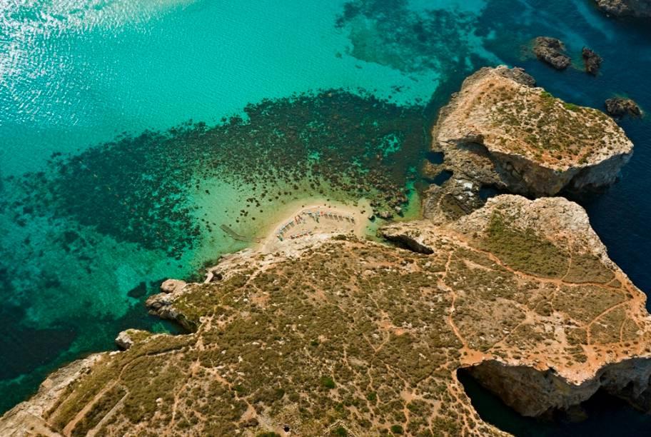 A pequena ilha de Comino é um popular passeio entre suas irmãs maiores, Malta e Gozo
