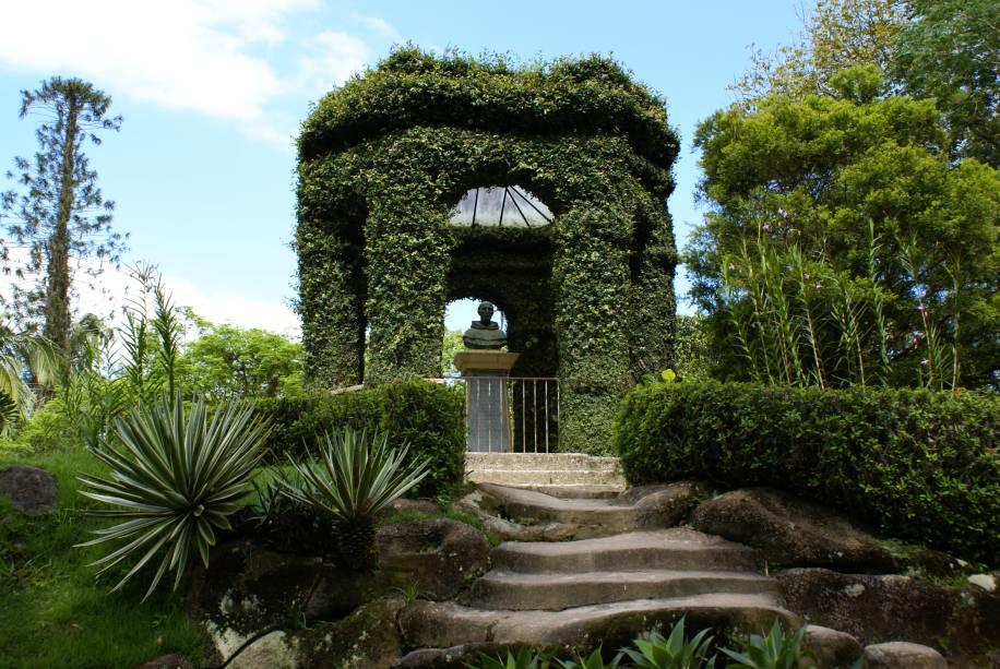 """<strong>5. <a href=""""http://viajeaqui.abril.com.br/estabelecimentos/br-rj-rio-de-janeiro-atracao-jardim-botanico/fotos"""" rel=""""Jardim Botânico"""" target=""""_blank"""">Jardim Botânico</a></strong>            O Frei Leandro, o primeiro diretor do Jardim Botânico do Rio de Janeiro aproveitou a terra retirada para a construção do lago e pediu para erguer o cômoro, que leva seu nome. Lá existe uma mesa de granito onde D. Pedro I e D. Pedro II faziam refeições quando visitavam o local."""