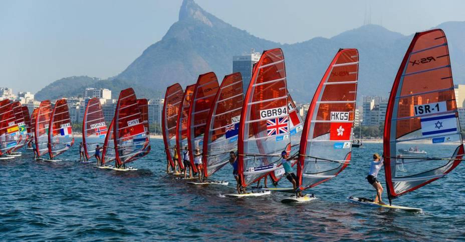 """<strong>28.<a href=""""http://viajeaqui.abril.com.br/cidades/br-rj-rio-de-janeiro"""" target=""""_blank"""" rel=""""noopener"""">Rio de Janeiro</a>, <a href=""""http://viajeaqui.abril.com.br/paises/brasil"""" target=""""_blank"""" rel=""""noopener"""">Brasil</a>, 2016</strong> Os jogos olímpicos do Rio foram os primeiros a serem realizados em uma cidade da América do Sul. A cerimônia de abertura contou com uma reprodução do voo feito por Santos Dumont a bordo do 14 Bis e um desfile de Gisele Bundchen em pleno Maracanã ao som de Garota de Ipanema. Foi a última Olimpíada de Michael Phelps, maior medalhista olímpico de todos os tempos, com 28 medalhas. Quem compareceu às arenas pôde testemunhar 19 recordes mundiais serem quebrados em modalidades diferentes como atletismo, natação, levantamento de peso e tiro com arco. No ciclismo, o recorde mundial na categoria perseguição por equipes femininas foi quebrado 4 vezes em 2 dias. Mas no que se refere ao legado para a cidade, o parque olímpico da Barra da Tijuca, construído ao custo de mais de R$2 bilhões, continua subutilizado. Hoje no local ocorrem eventos esporádicos como o Rock in Rio."""