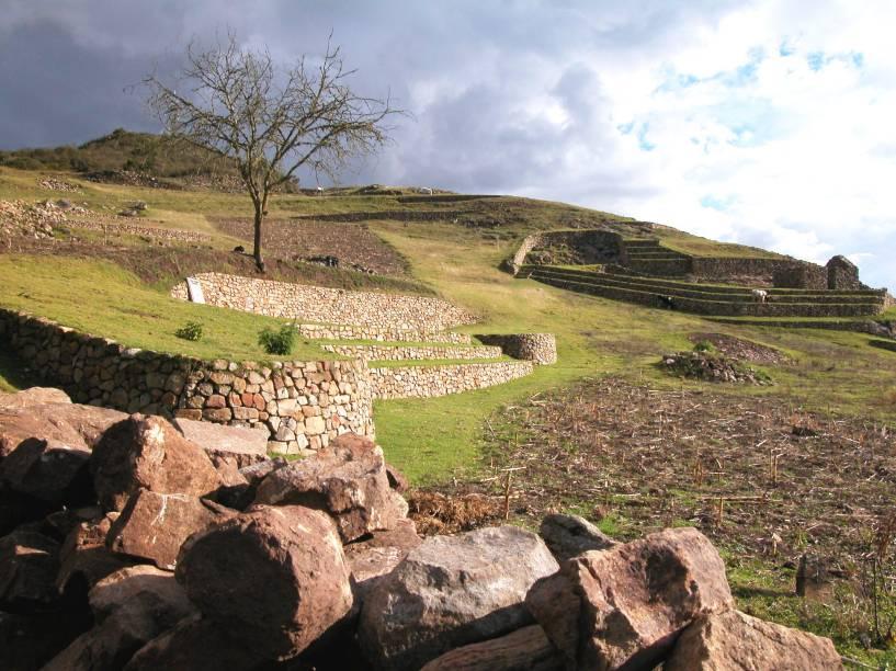 """<a href=""""http://viajeaqui.abril.com.br/paises/equador"""" rel=""""Cojitambo - Equador """" target=""""_blank""""><strong>Cojitambo – Equador</strong></a>    Esse complexo arqueológico é o que restou de um santuário cerimonial canar e inca, além de ter funcionado como forte militar. O povo Canar ocupou a região de 500 a.C. até 1450, quando foram conquistados pelos Incas. Os terraços, escadas e poço são de origem canar, mas os dois edifícios ainda de pé são incas"""