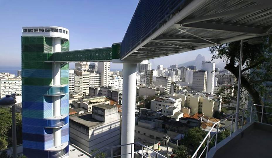 """<strong>3.<a href=""""http://viajeaqui.abril.com.br/estabelecimentos/br-rj-rio-de-janeiro-atracao-complexo-rubem-braga"""" rel=""""COMPLEXO RUBEM BRAGA"""" target=""""_self"""">COMPLEXO RUBEM BRAGA</a></strong>(1 km)            Os elevadores que ligam a Estação General Osório, em Ipanema, ao Morro do Cantagalo, servem de ligação para os moradores que habitam as partes mais altas. Mas quem também aproveita são os turistas, que podem admirar uma abrangente vista da Zona Sul ali de cima.            <em>Endereço: Acesso pelo final da Rua Teixeira de Melo, Ipanema</em>"""