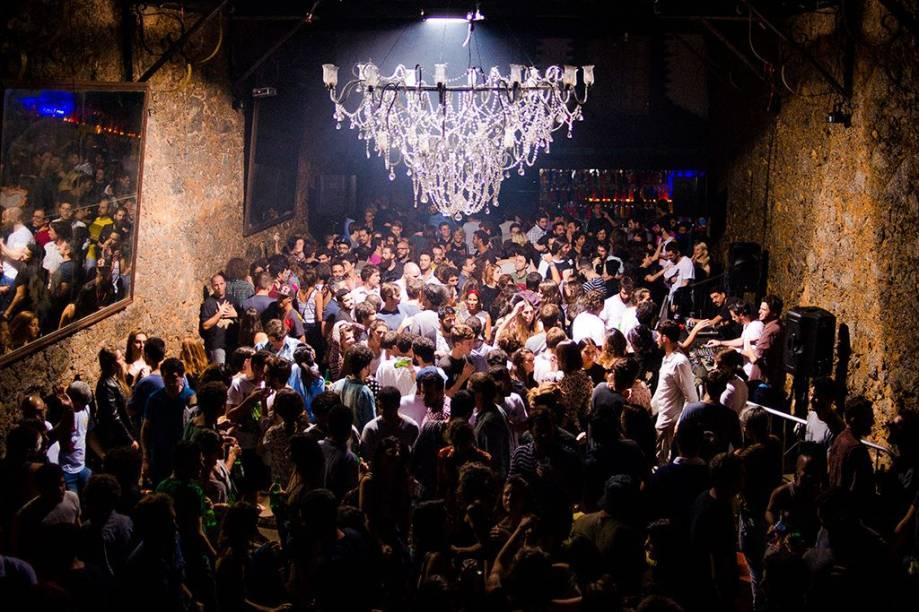 """<strong>PARA VER E SER VISTO</strong> <strong><a href=""""http://comuna.cc/"""" target=""""_blank"""" rel=""""noopener"""">Comuna</a></strong>Antes esnobado como """"bairro de passagem"""", Botafogo ganhou uma aura cult de alguns anos para cá com a abertura de novos e charmosos endereços. Misto de hamburgueria, galeria de arte, loja, café e bar, o Comuna é um dos pioneiros de uma leva de estabelecimentos hipster que vêm pipocando pela região. Nas noites de fim de semana, o local fica abarrotado – e, sem se importar com isso, o público ocupa o salão e o corredor e se aglomera também na calçada. A casa faz uso de ingredientes orgânicos, promove um cardápio colaborativo e renova com frequência a carta de drinques (com sugestões como o cabocaqui: caqui, vodca com infusão de carambola e xarope de tamarindo) <em>R. Sorocaba, 585 (Botafogo), (21) 3579-6175</em>"""