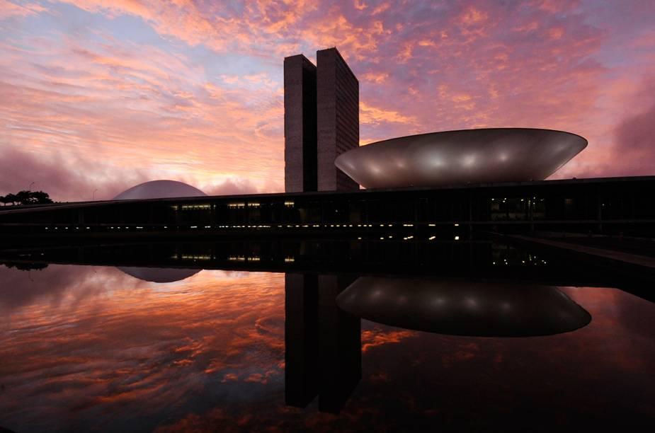 """<a href=""""http://viajeaqui.abril.com.br/cidades/br-df-brasilia"""" target=""""_blank"""" rel=""""noopener""""><strong>Brasília (DF) </strong></a> Diferente de qualquer cidade do Brasil, a capital do Distrito Federal merece ser conhecida pela sua arquitetura e urbanismo únicos. Preste atenção na maneira como a cidade flui e se organiza. Vá além do incrível conjunto de obras de Niemeyer e Lucio Costa e conheça também o Parque da Cidade, maior parque urbano do mundo <a href=""""http://www.booking.com/city/br/brasilia.pt-br.html?aid=332455&label=viagemabril-voltapelobrasil"""" target=""""_blank"""" rel=""""noopener""""><em>Veja hotéis em Brasília no booking.com</em></a>"""