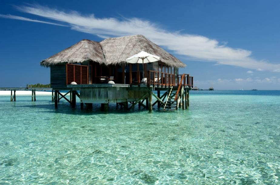 """<strong><a href=""""http://www.booking.com/hotel/mv/conrad-maldives-rangali-island.pt-br.html?aid=332455&label=viagemabril-hoteisflutuantes"""" rel=""""Conrad Maldives Rangali Island"""" target=""""_blank"""">Conrad Maldives Rangali Island</a> – Ilha Rangali (Maldivas)</strong>Para os que estiverem em busca de uma experiência de luxo em termos de estadia, uma passagem pelas Maldivas é essencial. Ainda mais se for no Conrad Rangali, um resort espalhado por duas ilhas e que oferece bangalôs à beira da praia e também sobre a água."""