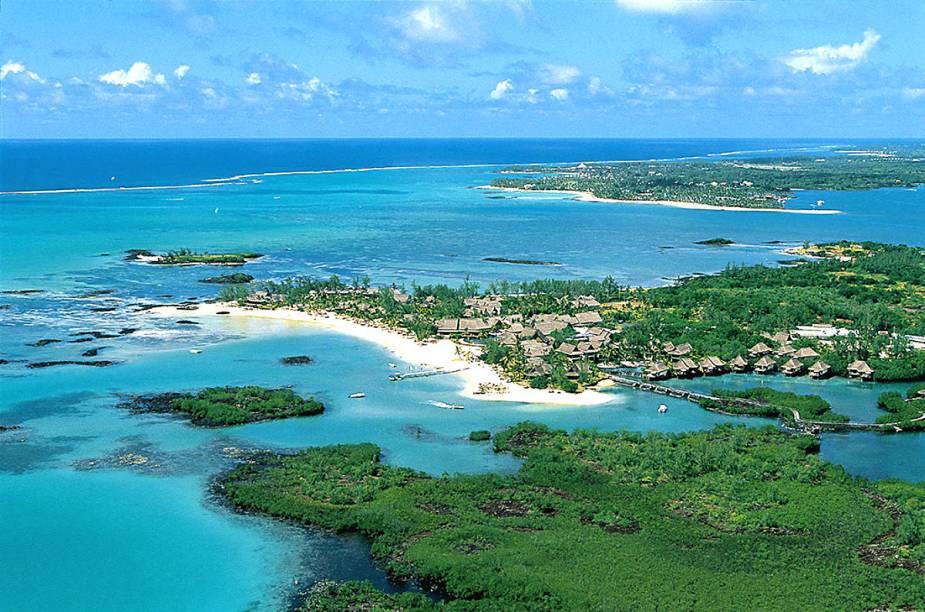 """O <a href=""""http://www.booking.com/hotel/mu/constance-le-prince-maurice.pt-br.html?aid=332455&label=viagemabril-hoteisflutuantes"""" rel=""""hotel"""" target=""""_blank"""">hotel</a> ainda tem um jardim tropical intocado, campo de golfe e três restaurantes de alto padrão. O ponto alto do estabelecimento está em sua adega subterrânea, que contém por volta de 25 mil garrafas de vinhos do mundo todo."""