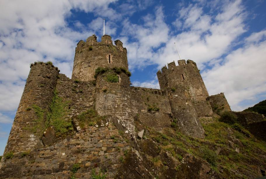Construído sobre um promontório rochoso por Eduardo I, o Castelo de Conwy faz parte do esforço do monarca em garantir suas conquistas em Gales, no século 13. Juntamente com outros três castelos, incluindo Caernarforn, Conwy faz parte do patrimônio da humanidade