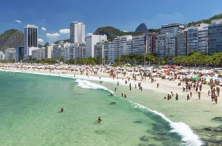"""<a href=""""http://viajeaqui.abril.com.br/estabelecimentos/br-rj-rio-de-janeiro-atracao-praia-de-copacabana"""" rel=""""Praia de Copacabana """" target=""""_blank""""><strong>Praia de Copacabana </strong></a>                                                O mundo se encontra em Copa. Por lá os turistas e cariocas convivem em perfeita sintonia junto com os vendedores ambulantes. O calçadão mais famoso do Brasil e a estátua de Carlos Drummond de Andrade ficam na orla de Copacabana"""