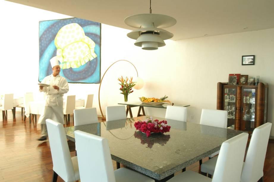 Salão amplo e com decoração moderna do Aquavit, em Brasília