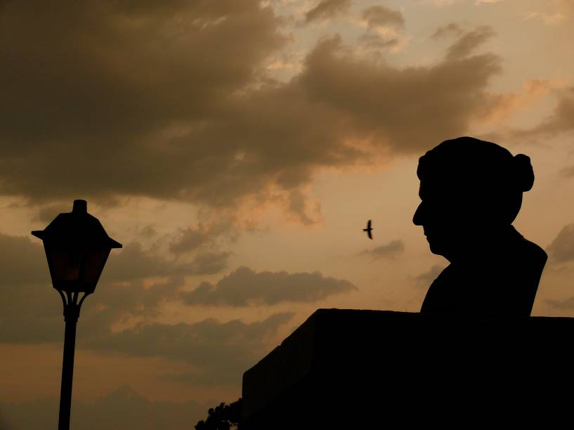 """Busto da poetisa Cora Coralina, que viveu na histórica <a href=""""http://viajeaqui.abril.com.br/cidades/br-go-goias"""" rel=""""Cidade de Goiás"""" target=""""_blank"""">Cidade de Goiás</a>, e que só ficou famosa pelos seus poemas nos últimos anos de sua vida; o busto fica em frente à casa em que ela viveu, ao lado de uma das pontes sobre o Rio Vermelho, que corta a cidadezinha"""