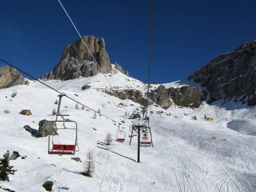 """<strong><a href=""""http://viajeaqui.abril.com.br/cidades/italia-cortina-dampezzo"""" rel=""""Cortina dAmpezzo, Itália"""" target=""""_blank"""">Cortina dAmpezzo, Itália</a></strong><br />        Os picos e rochedos das Dolomitas, compacta coleção de maciços nos Alpes, tornam as áreas de esqui em Cortina as mais lindas do mundo. É o resort mais luxuoso da Itália, onde as pessoas estão mais interessadas em socializar do que em esquiar. Mas isso é bom, porque as decidas não são concorridas, pelo menos para o padrão europeu. Sim, é possível se hospedar e se alimentar sem gastar uma fortuna, mas as áreas de esqui são espalhadas e é necessário utilizar táxi para aproveitar o potencial da Cortina. Socrepes e Mietres são pistas ideais para crianças e iniciantes"""