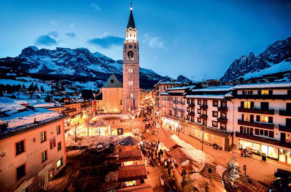 """<strong>6. <a href=""""http://viajeaqui.abril.com.br/materias/cortina-dampezzo-belas-paisagens-para-esquiar-nos-alpes"""" rel=""""Cortina DAmpezzo, na Itália"""" target=""""_blank"""">Cortina DAmpezzo, na Itália</a></strong>            A luz quente da vila italiana contra a fria paisagem destaca as construções históricas e o ar familiar da região"""