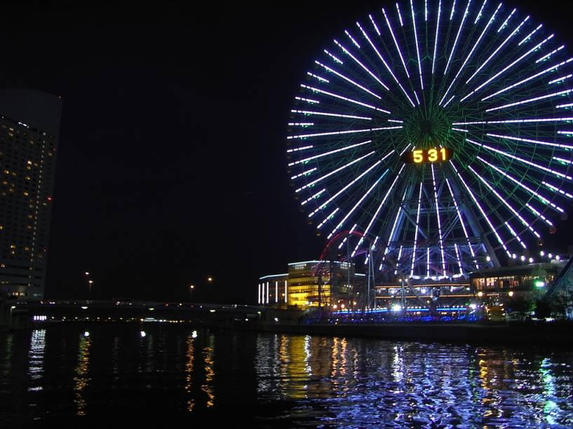 """Como o próprio nome indica, a Cosmo Clock não é apenas uma roda-gigante de 112,5 metros de altura, mas um relógio enorme também – um dos maiores do mundo. No total, 60 gôndolas levam 8 passageiros cada em um passeio de 15 minutos. A Cosmo Clock é considerada uma das joias de Minato Mirai 21, distrito de <a href=""""http://viajeaqui.abril.com.br/cidades/japao-yokohama"""" target=""""_self"""">Yokohama</a> conhecido por abrigar outras construções famosas: o prédio mais alto do país e o farol mais alto do mundo"""
