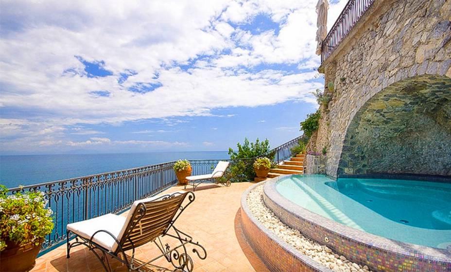 """<strong><a href=""""http://viajeaqui.abril.com.br/cidades/italia-costa-amalfitana"""" rel=""""Costa Amalfitana"""" target=""""_self"""">Costa Amalfitana</a>, <a href=""""http://viajeaqui.abril.com.br/paises/italia"""" rel=""""Itália"""" target=""""_self"""">Itália</a></strong>            Localizada ao sul de <a href=""""http://viajeaqui.abril.com.br/cidades/italia-napoles"""" rel=""""Nápoles"""" target=""""_self"""">Nápoles</a>, à beira do Mar Tirreno, esse belo paraíso atrai famosos e bilionários com sua exuberância. A linda mansão da foto oferece uma visão panorâmica de tirar o fôlego!<strong><a href=""""https://www.airbnb.com.br/rooms/5476305?s=CIyx"""" rel=""""Alugue aqui"""" target=""""_blank"""">Alugue aqui</a></strong>            <em><a href=""""http://www.booking.com/city/it/amalfi.pt-br.html?aid=332455&label=viagemabril-lugares-incr%C3%ADveis-para-casar"""" rel=""""Veja preços de hotéis na Costa Amalfitana no Booking.com"""" target=""""_blank"""">Veja preços de hotéis na Costa Amalfitana no Booking.com</a></em>"""