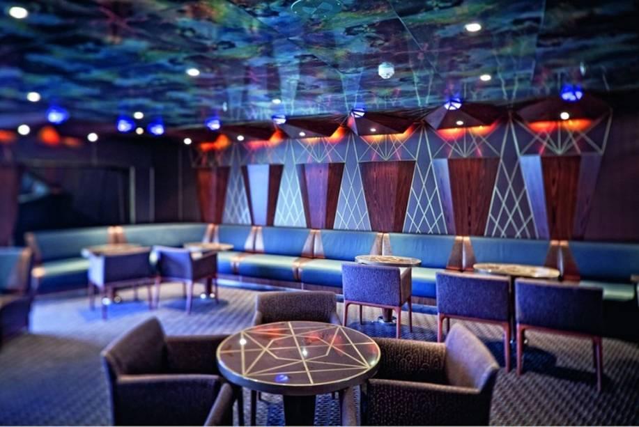 Bar com luzes coloridas é uma das opções para as noites a bordo