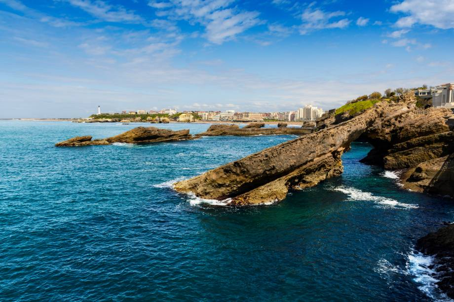 """<strong>Côte Des Basques, Biarritz, <a href=""""http://viajeaqui.abril.com.br/paises/franca"""" rel=""""França"""" target=""""_self"""">França</a> </strong>                Ver as ondas batendo em seu caminho de pedras é um programa e tanto pra quem não dispensa os espetáculos da natureza! Os restaurantes em seu entorno servem opções deliciosas de pratos com frutos do mar. Vale a pena se arriscar nos esportes que atraem aventureiros pela região, como surfe                <em><a href=""""http://www.booking.com/city/fr/biarritz.pt-br.html?sid=5b28d827ef00573fdd3b49a282e323ef;dcid=4aid=332455&label=viagemabril-as-mais-belas-praias-do-mediterraneo"""" rel=""""Veja preços de hotéis em Biarritz no Booking.com"""" target=""""_blank"""">Veja preços de hotéis em Biarritz no Booking.com</a></em>"""