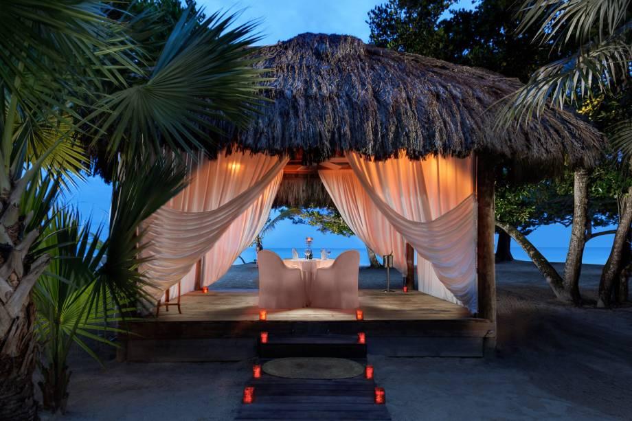 """<strong><a href=""""http://couples.com/resorts/negril"""" rel=""""Couples Negril"""" target=""""_blank"""">Couples Negril</a> - <a href=""""http://viajeaqui.abril.com.br/paises/jamaica"""" rel=""""Jamaica"""" target=""""_blank"""">Jamaica</a></strong>Resort que só aceita adultos e casais, especializado em casamentos e luas de mel. Está localizado próximo à praia de Negril, a oeste da Jamaica. Os quartos são amplos e têm vista para o mar ou para o jardim. O spa fica em uma casa na árvore e oferece diversos tratamentos de beleza e massagens variadas. Aulas de yoga, pilares e prática de esportes aquáticos também estão inclusos na diária. Quatro restaurantes servem pratos que vão da cozinha asiática à caribenha – e você ainda pode reservar um jantar romântico na praia, com todo o luxo e cuidado que merece<a href=""""http://www.booking.com/hotel/jm/couples-negril.pt-br.html?aid=332455&label=viagemabril-resortscaribeallinclusive"""" rel=""""Reserve a sua hospedagem nesse resort através do Booking.com"""" target=""""_blank""""><em>Reserve a sua hospedagem nesse resort através do Booking.com</em></a>"""