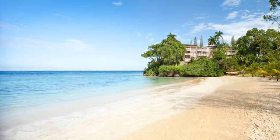 """<strong><a href=""""http://couples.com/resorts/sans-souci"""" rel=""""Couples Sans Souci"""" target=""""_blank"""">Couples Sans Souci</a> – <a href=""""http://viajeaqui.abril.com.br/paises/jamaica"""" rel=""""Jamaica"""" target=""""_blank"""">Jamaica</a></strong>Exclusivo para adultos e voltado especialmente para casais, o resort procura criar atmosfera romântica e intimista – o máximo possível em um maxi hotel de 150 suítes, 6 restaurantes, 6 bares e 4 piscinas. Dentro das atividades inclusas na diária, o destaque vai para os esportes aquáticos, em especial a prática ilimitada de mergulho com guia. O resort tem uma praia particular nudista de águas daquele azul-caribe inesquecível<a href=""""http://www.booking.com/hotel/jm/white-river-bay-jamaica.pt-br.html?aid=332455&label=viagemabril-resortscaribeallinclusive"""" rel=""""Reserve a sua hospedagem nesse resort através do Booking.com"""" target=""""_blank""""><em>Reserve a sua hospedagem nesse resort através do Booking.com</em></a>"""