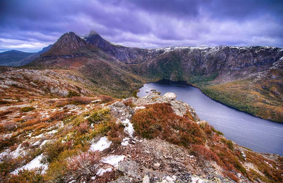 "<strong><a href=""https://www.discovertasmania.com.au/about/national-parks-and-wilderness/cradle-mountain-lake-st-clair-national-park"" target=""_blank"" rel=""noopener"">Parque Nacional Cradle Mountain-Lake St. Clair</a>, Tasmania, Austrália</strong> Parte da Reserva Natural da Tasmânia, o parque inclui um belo lago e montanhas propensas a serem exploradas a pé. A Dove Lake é uma das grandes atrações locais, de onde é possível ter uma visão deslumbrante da região <em><a href=""https://www.booking.com/searchresults.pt-br.html?aid=332455&sid=b6bf542626b1a2c7a9951e44506f270a&sb=1&src=searchresults&src_elem=sb&error_url=https%3A%2F%2Fwww.booking.com%2Fsearchresults.pt-br.html%3Faid%3D332455%3Bsid%3Db6bf542626b1a2c7a9951e44506f270a%3Btmpl%3Dsearchresults%3Bac_click_type%3Db%3Bac_position%3D0%3Bclass_interval%3D1%3Bdest_id%3D14358%3Bdest_type%3Dregion%3Bdtdisc%3D0%3Bfrom_sf%3D1%3Bgroup_adults%3D2%3Bgroup_children%3D0%3Binac%3D0%3Bindex_postcard%3D0%3Blabel_click%3Dundef%3Bno_rooms%3D1%3Boffset%3D0%3Bpostcard%3D0%3Braw_dest_type%3Dregion%3Broom1%3DA%252CA%3Bsb_price_type%3Dtotal%3Bsearch_selected%3D1%3Bshw_aparth%3D1%3Bslp_r_match%3D0%3Bsrc%3Dsearchresults%3Bsrc_elem%3Dsb%3Bsrpvid%3D5cb782d0e3210007%3Bss%3DParque%2520Nacional%2520da%2520Chapada%2520Diamantina%252C%2520Brasil%3Bss_all%3D0%3Bss_raw%3DParque%2520Nacional%2520da%2520Chapada%2520Diamantina%3Bssb%3Dempty%3Bsshis%3D0%3Bssne%3DParque%2520Nacional%2520Arches%3Bssne_untouched%3DParque%2520Nacional%2520Arches%3Btop_ufis%3D1%26%3B&ss=Cradle+Mountain-Lake+St+Clair+National+Park%2C+Tasmania%2C+Australia&is_ski_area=&ssne=Chapada+Diamantina+National+Park&ssne_untouched=Chapada+Diamantina+National+Park&checkin_monthday=&checkin_month=&checkin_year=&checkout_monthday=&checkout_month=&checkout_year=&group_adults=2&group_children=0&no_rooms=1&from_sf=1&ss_raw=cradle+mountain-lake+st.+clair+national+park&ac_position=1&ac_click_type=g&dest_id=ChIJzZ_dyZy4eqoRMN5RtE7JAw8&dest_type=landmark&place_id=ChIJzZ_dyZy4eqoRMN5RtE7JAw8&place_i"