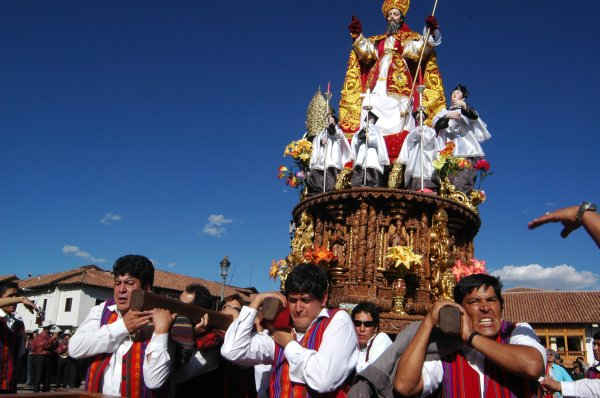 """<strong>Cusco (Peru)</strong>Fiéis desfilam pela cidade de <a href=""""http://viajeaqui.abril.com.br/cidades/peru-cusco"""" rel=""""Cusco """" target=""""_blank"""">Cusco </a>ao lado de estátuas de imagens católicas. A cerimônia de Corpus Christi acontece no dia 7 de junho, a partir das 11 horas da manhã, na <a href=""""http://viajeaqui.abril.com.br/estabelecimentos/peru-cusco-atracao-plaza-de-armas"""" rel=""""Plaza de Armas"""" target=""""_blank"""">Plaza de Armas</a>, em frente à Catedral Basílica, que foi construída após a dominação espanhola em Cusco, em 1533. Durante uma semana, os santos ficam expostos na igreja e, logo após, são levados para os seus locais de origem através de outra procissão, onde ficarão por um ano."""