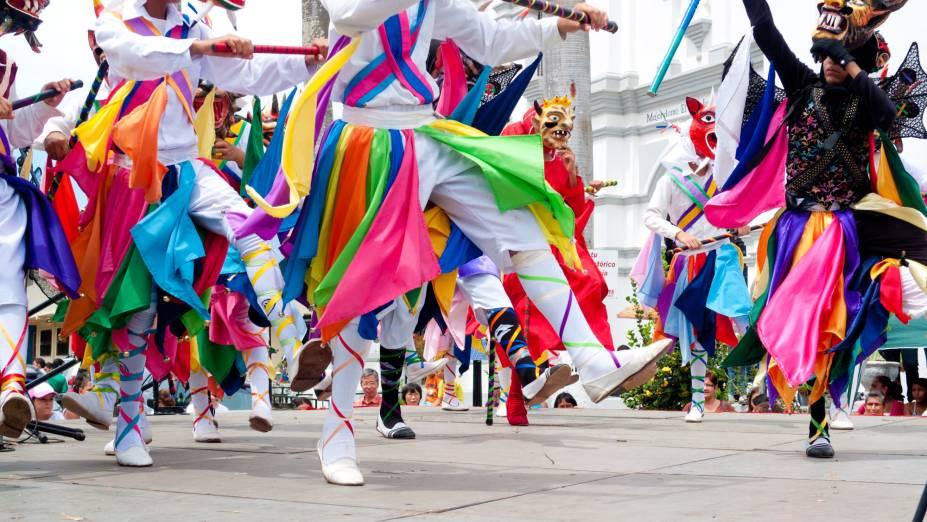"""<strong>Panamá</strong>Danças folclóricas e pessoas fantasiadas de demônios invadem as ruas de La Villa de Los Santos, no <a href=""""http://viajeaqui.abril.com.br/paises/panama"""" rel=""""Panamá"""" target=""""_blank"""">Panamá</a>, para encenar a luta entre o Arcanjo Miguel e o diabo durante a festa de Corpus Christi. O espetáculo reúne coreografias, ritmos espanhóis e procissões pela cidade"""
