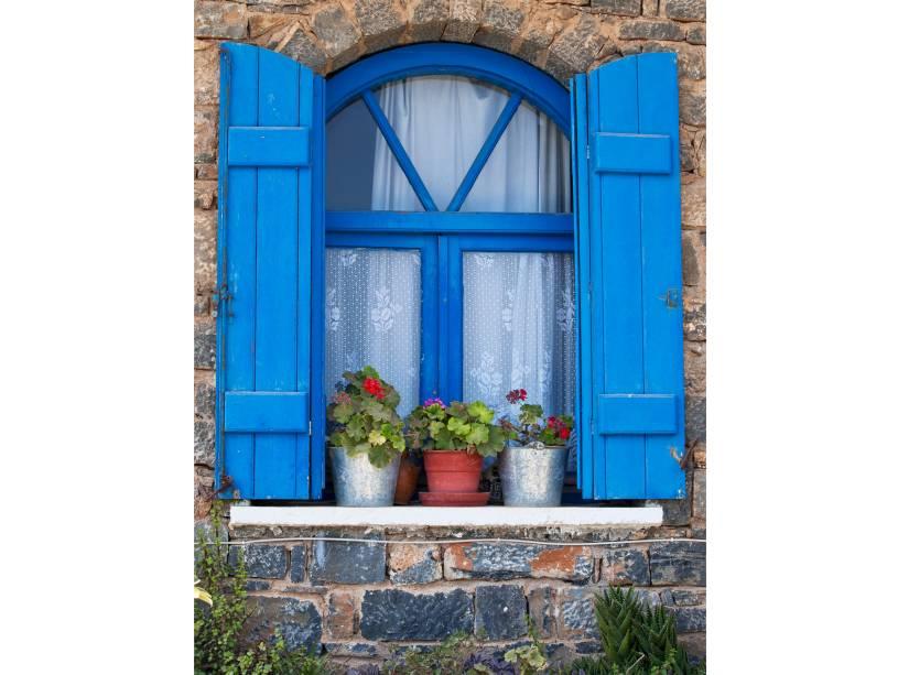 """<strong><a href=""""http://viajeaqui.abril.com.br/cidades/grecia-creta"""" rel=""""Ilha de Creta"""" target=""""_blank"""">Ilha de Creta</a>, <a href=""""http://viajeaqui.abril.com.br/paises/grecia"""" rel=""""Grécia"""" target=""""_blank"""">Grécia</a></strong>                            Sem deixar o azul de lado, exemplos de janelas mais campestres, mas com muito capricho, podem ser encontrados em Creta, a maior ilha grega"""