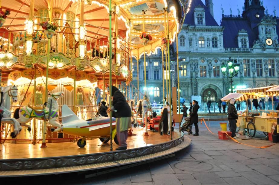 Carrossel na praça da prefeitura de Paris, o Hotel de Ville