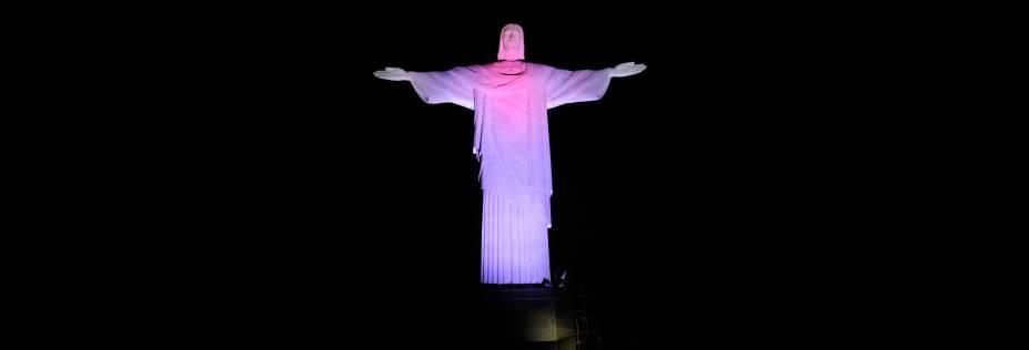 Estátua do Cristo Redentor iluminado por lâmpadas LED