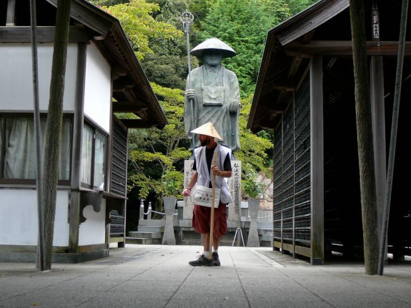 """<strong>88 Templos de Shikoku, Japão</strong><br />Shikoku, a menor das quatro ilhas principais do <a href=""""http://viajeaqui.abril.com.br/paises/japao"""" rel=""""Japão"""" target=""""_blank"""">Japão</a>, guarda uma das mais congestionadas rotas de peregrinos do planeta. Fiéis paramentados com bastões, chapéu de palha e roupas brancas cumprem uma exigente rota de 1200 quilômetros – parte urbana, parte totalmente isolada do mundo – passando por 88 templos budistas relacionadas ao monge Kobo Daishi, o Kukai.<br />"""