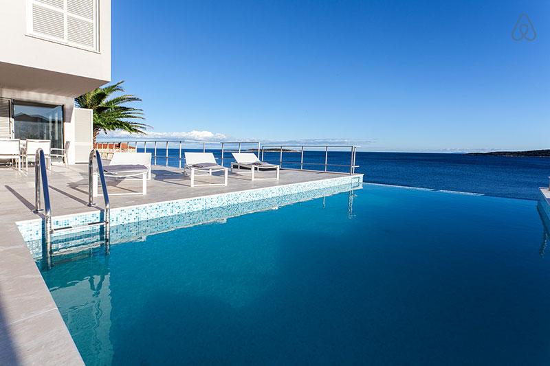 """A praia de Zlatni Rat, na península da ilha de Brač, tem areias branquinhas e mar transparente; é possível chegar lá de barco a partir da cidade de Split, na costa da Dalmácia    <a href=""""http://www.booking.com/city/hr/bol.pt-br.html?aid=332455&label=viagemabril-croacia"""" rel=""""Veja preços de hotéis próximos à praia de Zlatni Rat no Booking.com"""" target=""""_blank"""">Veja preços de hotéis próximos à praia de Zlatni Rat no Booking.com</a>"""