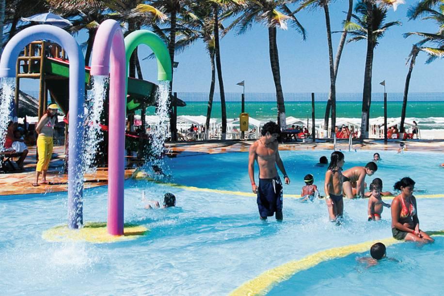 A vida digna de resort da megabarraca CrocoBeach, na Praia do Futuro