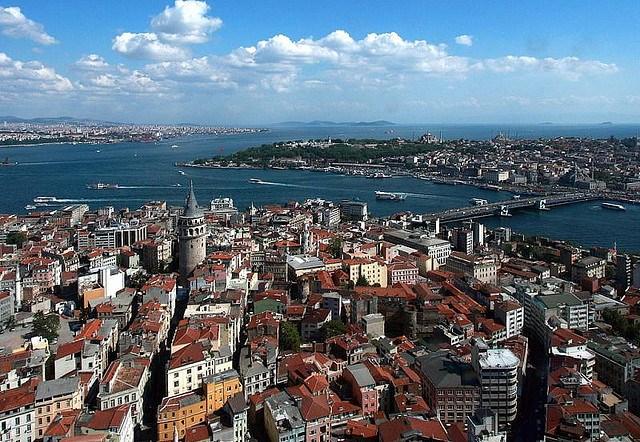 Istambul mescla uma face histórica, herança de romanos, bizantinos e otomanos, mas também é moderna e cosmopolita