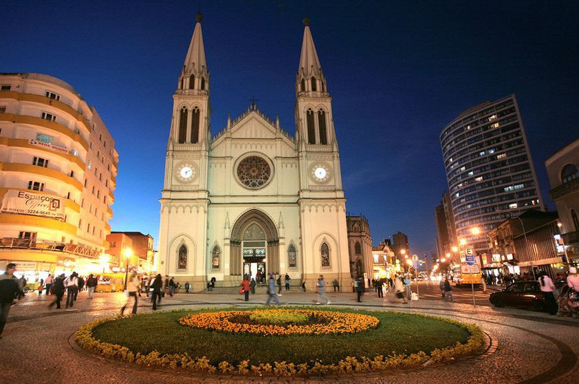 """<strong>1. <a href=""""http://viajeaqui.abril.com.br/cidades/br-pr-curitiba"""" rel=""""Curitiba"""" target=""""_blank"""">Curitiba</a> (4 dias)</strong>        A capital chama a atenção pelas áreas verdes, centros culturais e restaurantes estrelados – e ainda pelas ruas limpas permeadas por transporte público de qualidade."""
