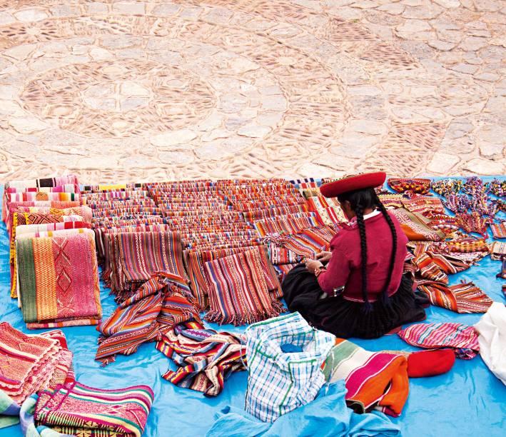 """<a href=""""http://viajeaqui.abril.com.br/cidades/peru-cusco"""" rel=""""Cusco"""" target=""""_blank""""><strong>Cusco</strong></a>    O colorido profundo das roupas dos habitantes de Cusco é herança inca. Contrasta com os tons terrosos da cidade - que nem por isso é pouco vibrante. Bares, bons restaurantes, festas concorridas, bairro de artistas e turistas todos os dias, de todas as partes do mundo, fazem de Cusco uma cidade curiosa, imperdível"""