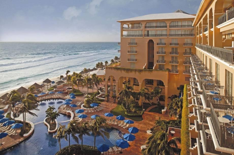 """Sejam no sistema all-inclusive, com spas maravilhosos ou com praias exclusivas, boa parte dos <strong>hotéis e resorts </strong>do <a href=""""http://viajeaqui.abril.com.br/continentes/caribe"""" target=""""_blank"""" rel=""""noopener""""><strong>Caribe </strong></a>primam por sua excelência. Nem todos possuem decoração de bom gosto, cozinha autêntica ou boa manutenção, tal é o entra e sai de turistas que enchem seus quartos. Em alguns casos, coquetéis como piñas coladas e cuba libres de resorts all-inclusive são uma vergonha. Mesmo assim, há estabelecimentos para todos os bolsos e gostos. Há quem prefira shows de reggae até o sol raiar, assim como aqueles que elegerão hotéis que não aceitam crianças. Silêncio e relaxamento total. Entre estes dois mundos, há complexos hoteleiros emblemáticos como o <a href=""""http://viajeaqui.abril.com.br/estabelecimentos/mexico-cancun-hospedagem-ritz-carlton-cancun"""" target=""""_blank"""" rel=""""noopener"""">Ritz-Carlton de Cancún</a>, um símbolo do bom atendimento na região, com grandes piscinas, spa, restaurantes estrelados e muita paparicação"""