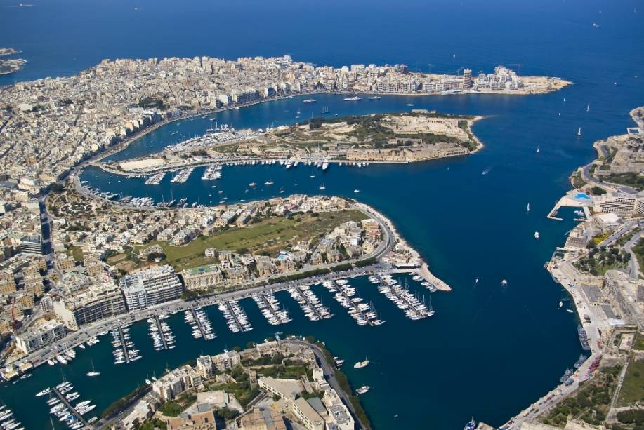 Vista geral da baía de Marsamxett, com a ilha Manoel ao centro