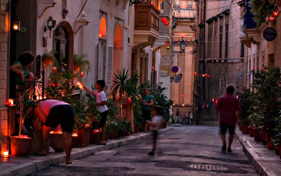 A pequena Birgu conserva seu ar medieval e é um dos pontos mais turísticos do país; seus fortes e construções ajudaram o povo maltês a resistir a ataques de otomanos no século 16