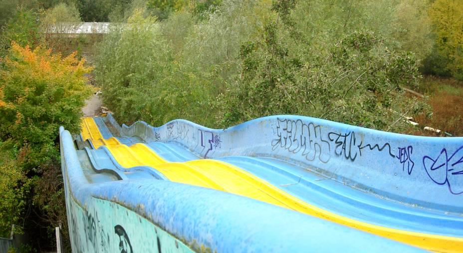 """<strong>Dadipark, Dadizele, <a href=""""http://viajeaqui.abril.com.br/paises/belgica"""" rel=""""Bélgica"""" target=""""_blank"""">Bélgica</a></strong>    """"Parque de Terror Belga""""ou """"Parque das Mortes Misteriosas"""". Esses foram os dois apelidos pelo qual o Dadipark ficou conhecido. Construído em 1950 com o intuito de ser um parque para crianças, esse lugar colorido em Dadizele sofreu com a má administração e a falta de investimentos na segurança de suas instalações. O resultado macabro foi o seguinte: em uma das atrações locais, denominada Nautic Jet, uma criança sofreu um acidente e teve o braço amputado. A notícia fez com que a reputação do parque fosse decaindo até que seu fechamento fosse anunciado em 2002. Desde então, nãou houve nenhuma iniciativa para demolir o local e fazer um novo empreendimento. Os brinquedos sofreram com o crescimento da vegetação no local e os contantes atos de vandalismo, que perduram até hoje e dão ao lugar a fama de mal assombrado, sobretudo com as lendas urbanas em torno de mortes misteriosas e suicídios que supostamente ocorrem por ali"""
