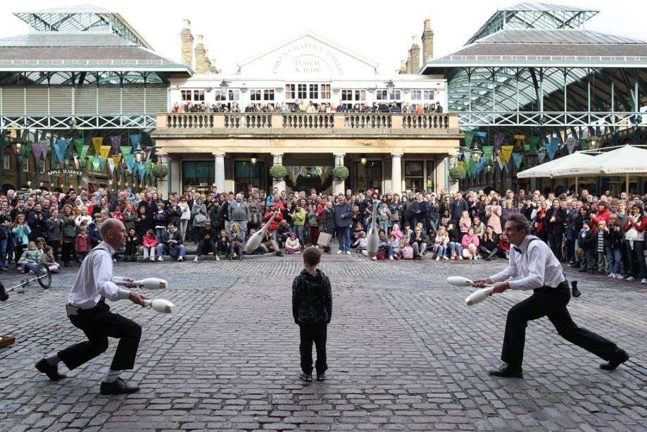 O antigo pavilhão do mercado de Covent Garden hoje reúne um público eclético, em busca de bons restaurantes e bares. É muito comum ver artistas de rua entretendo os transeuntes