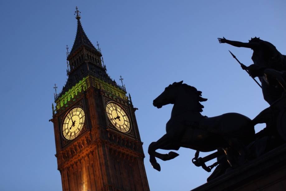 A torre do relógio do Palácio Westminster - a casa do parlamento britânico, que abriga o famoso sino <strong>Big Ben</strong>, está pouco a pouco se inclinando. Motivo de alarme ainda não há, mas hoje já é possível reparar a leve falta de prumo do edifício