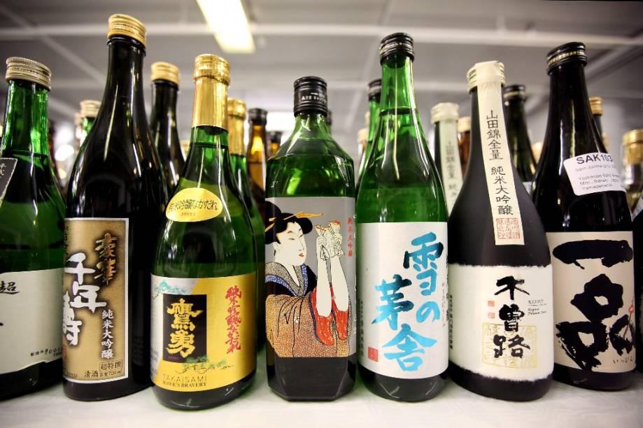 """<strong>Saquê </strong><strong>–</strong><strong> <a href=""""http://viajeaqui.abril.com.br/paises/japao"""" rel=""""Japão"""" target=""""_blank"""">Japão</a></strong><br />    Em um país onde a palavra <em>gohan </em>é sinônimo tanto para arroz e comida, a bebida nacional só poderia ser feita do cereal. Este fermentado é parte crucial de cerimônias comemorativas, como as festas de ano-novo, inaugurações e casamentos. Pode ser apreciado quente (aquecido em banho-maria), ao natural ou bem gelado, dependendo da época do ano ou do gosto da pessoa. Usos modernos incluem misturas com frutas, como as 'sakerinhas' de jabuticaba, kiwi e lichia.<br />    <strong>Teor alcoólico médio</strong><strong>: </strong>15 a 20%"""