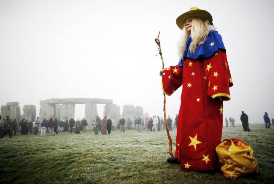 Neo-druida se reúne a outros entusiastas durante o solstício de verão em Stonehenge