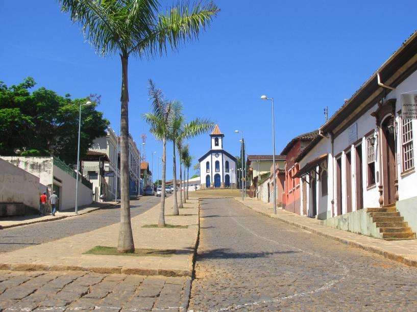 """<strong><a href=""""http://viajeaqui.abril.com.br/cidades/br-mg-santa-barbara"""" target=""""_self"""">Santa Bárbara</a>, <a href=""""http://viajeaqui.abril.com.br/estados/br-minas-gerais"""" target=""""_self"""">Minas Gerais</a></strong> Paisagens bucólicas se formam à beira da Serra do Caraça, tornando a cidade repleta de ambientes tranquilos e acolhedores. Suas origens também estão calcadas no Ciclo do Ouro mineiro, visto que minas da região foram exploradas em larga escala pelos bandeirantes no século XVIII. Vale esticar até o <a href=""""http://viajeaqui.abril.com.br/estabelecimentos/br-mg-santa-barbara-atracao-parque-natural-do-caraca"""" target=""""_self"""">Parque Natural</a> da cidade, com belas trilhas, cachoeiras e prédios históricos bem conservados <em><a href=""""http://www.booking.com/city/br/santa-barbara.pt-br.html?aid=332455&label=viagemabril-cidades-historicas-do-brasil"""" target=""""_blank"""">Veja preços de hotéis em Santa Bárbara no Booking.com</a></em>"""