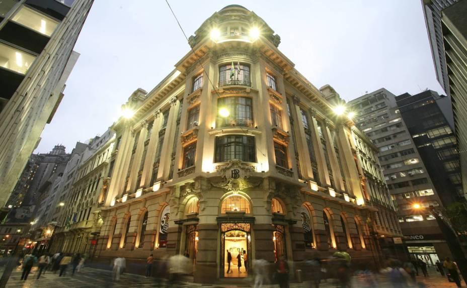 """<a href=""""http://viajeaqui.abril.com.br/estabelecimentos/br-rj-rio-de-janeiro-atracao-centro-cultural-banco-do-brasil"""" rel=""""Centro Cultural Banco do Brasil""""><strong>Centro Cultural Banco do Brasil</strong></a><br />    Construído em 1901, o edifício tornou-se sede do Banco do Brasil em 1927 e Centro Cultural em 2001. Patrimônio tombado pelo Condephaat, o prédio agora é palco de diversas expressões artísticas, como exposições temporárias que ocupam três andares. No teatro há sempre uma peça em cartaz; no cinema, filmes que fogem do circuito comercial. Um agradável café, com mesas na calçada, funciona no térreo."""
