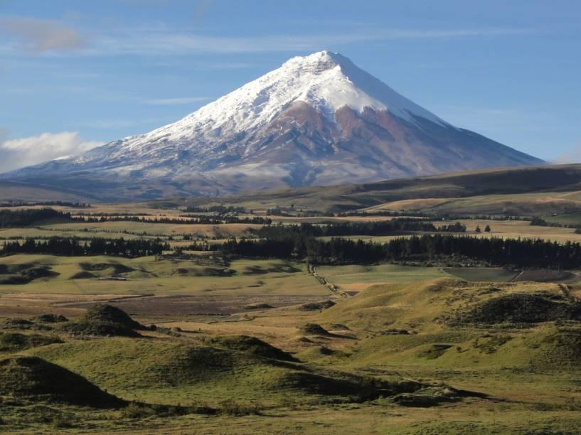 <strong>7. Avenida dos Vulcões, Equador</strong>Em um trecho de apenas 200 quilômetros, 14 vulcões - ativos e adormecidos - pontilham a vista dos viajantes. Entre os gigantes de neve e lava estão os picos mais altos do Equador: o <strong>Chimborazo </strong>(6310 metros) e o <strong>Cotopaxi </strong>(na foto, com 5897 metros). O trecho da rodovia Panamericana entre Quito e Riobamba é o melhor para avistar os montes
