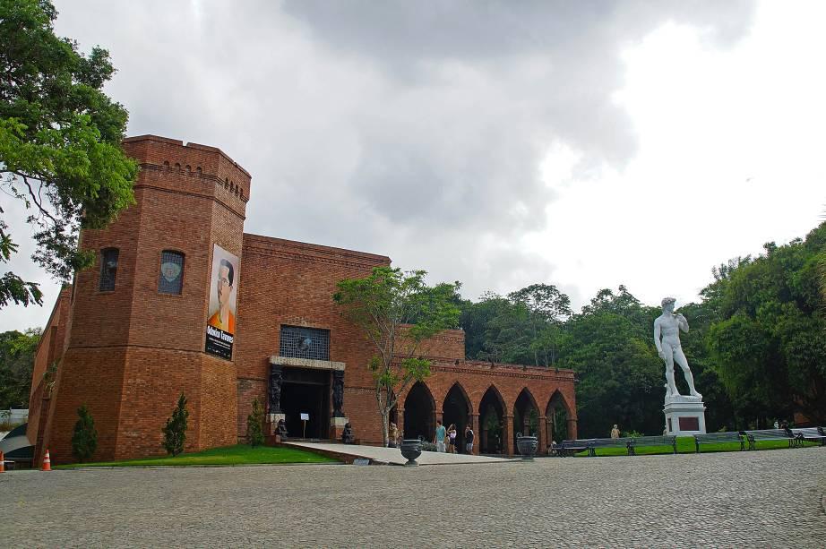 No Instituto Ricardo Brennand, há um jardim de esculturas que abriga uma amazona rechonchuda de Botero