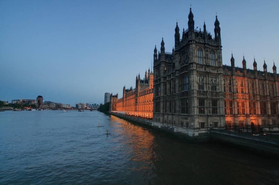 O projeto neogótico de Pugin e Barry junto ao rio Tâmisa ofereceu ao Palácio de Westminster a casa definitiva do Parlamento Britânico