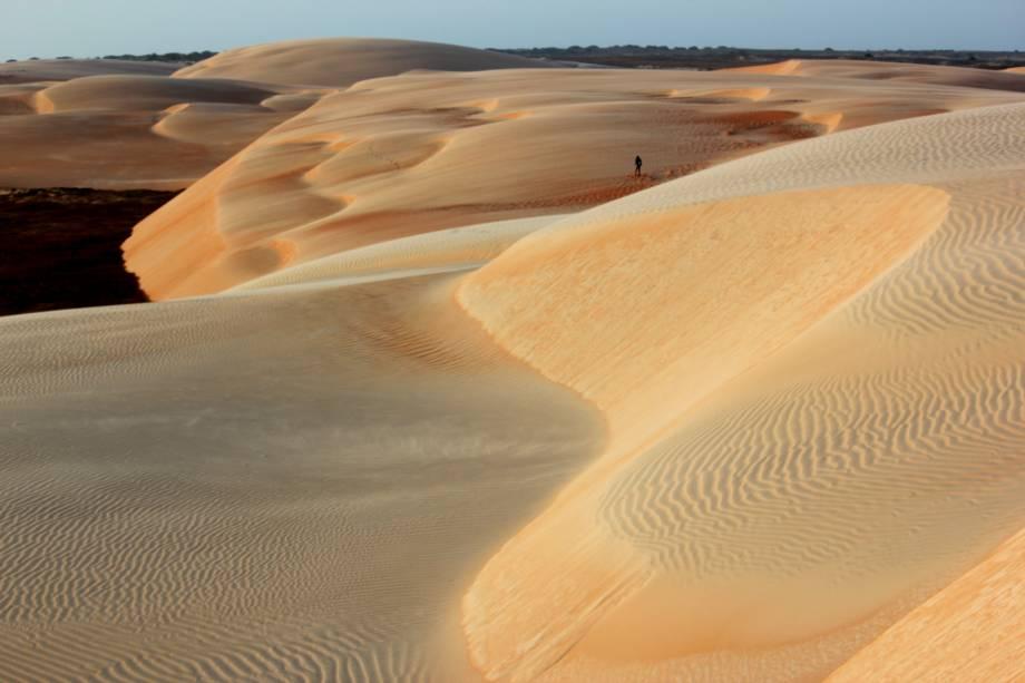 """<strong>6. <a href=""""https://www.youtube.com/watch?v=J1x890Fmqkc"""" rel=""""Far From Alaska – Dino vs. Dino"""" target=""""_blank"""">Far From Alaska – Dino vs. Dino</a> – Dunas do Rosado, <a href=""""http://viajeaqui.abril.com.br/estados/br-rio-grande-do-norte"""" rel=""""Rio Grande do Norte"""" target=""""_self"""">Rio Grande do Norte</a></strong>                        O clipe foi gravado em um dos cenários mais incríveis do Estado: as <strong>Dunas do Rosado</strong>, com cerca de dez quilômetros quadrados de extensão e fixadas em uma área de preservação ambiental"""